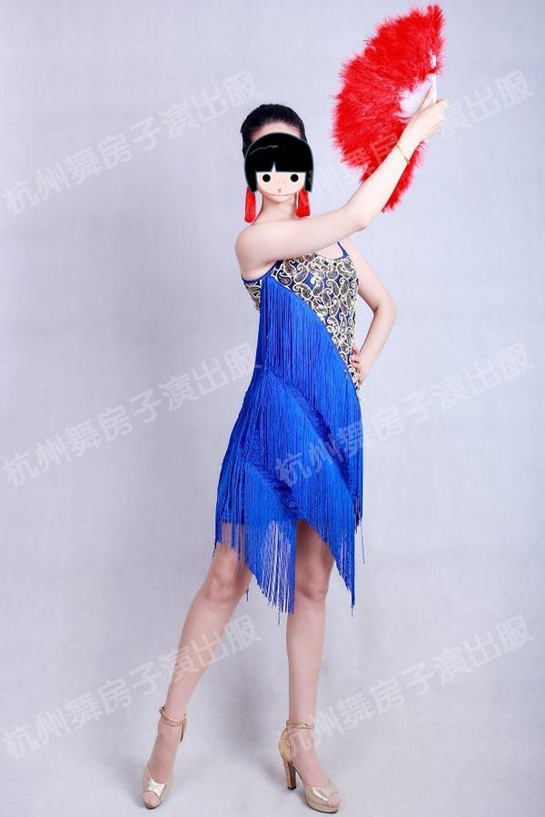 拉丁舞是现在最为流行的舞种之一,它包括伦巴、恰恰、牛仔舞、桑巴、斗牛舞五支舞蹈,这五项舞蹈各有强烈的风格,桑巴的激情,恰恰的活泼,伦巴的婀娜,斗牛的强劲,牛仔的逗趣。拉丁舞是以运动肩部、腹部、腰部、臀部为主的一种舞蹈艺术。拉丁舞中最具代表的舞蹈是伦巴,它被誉为拉丁之魂。学习拉丁舞的人,一般会把伦巴作为入门的第一支舞来学习。伦巴是表现男女之间爱情故事的舞蹈,所以它的音乐较为柔美和缠绵,动作上能使女伴充分展现女性的柔媚和胯部、臀部的曲线美。男女伴之间若即若离,十分优美。而另一种具有代表性的舞蹈恰恰则起